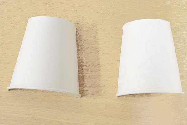 (1/5)紙コップは縦半分に切る。