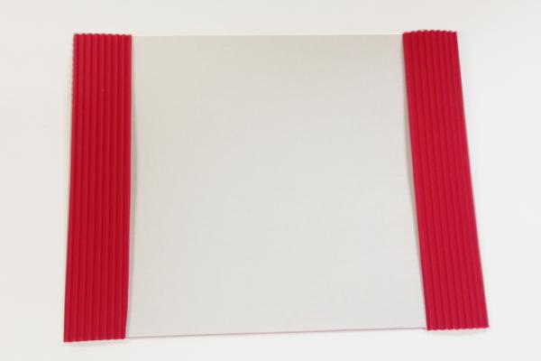 (4/5)台紙の裏に細く切ったパーツを貼り、補強する。