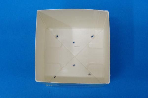 (2/3)牛乳パックの底に、水きり用の穴をあける。