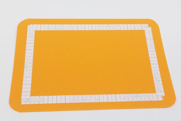 (2/3)画用紙に両面テープを貼っておく。