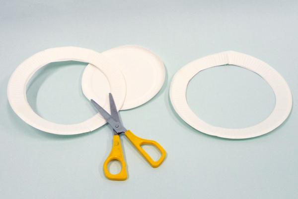(1/4)紙皿を切り抜く。