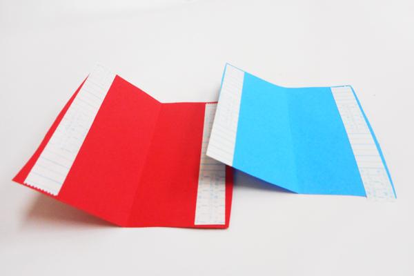 (1/3)画用紙を切り、裏側に両面テープを貼っておく。