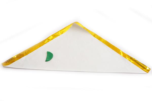 (3/3)金糸を丸めて棒をつくり、でんぐりでつくった矢車をつけておく。