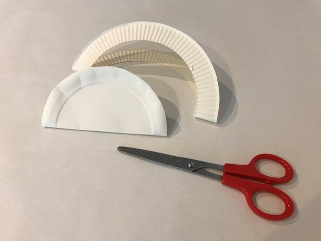 (1/5)絵皿を半分に折り中身を切り抜く。