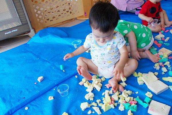 高野豆腐で遊ぼう(0歳児)