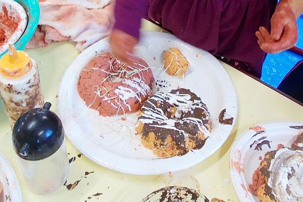 パルプ粘土でプリン、ドーナツをつくろう(2歳児)