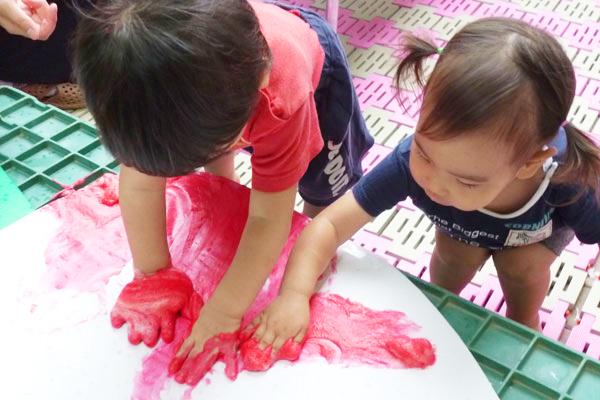 色つき泡でぬたくり(1歳児)