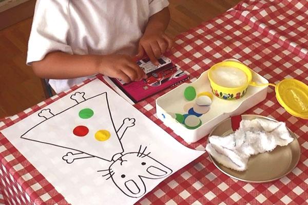 はさみやのりを使って作る(3歳児)