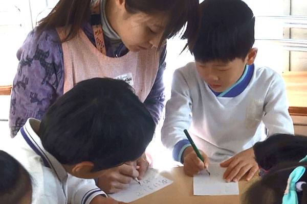 年賀状を描く(5歳児)