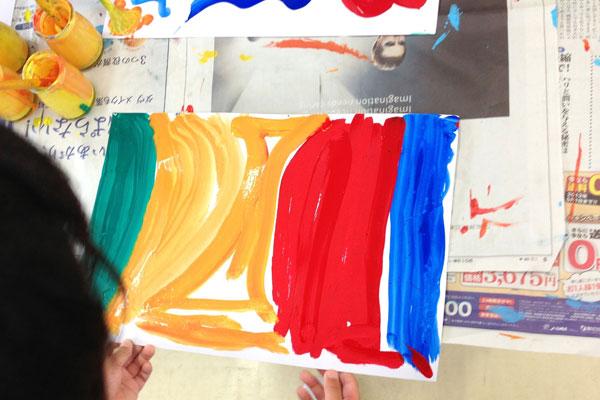 筆と絵の具で描いてみよう(4歳児)