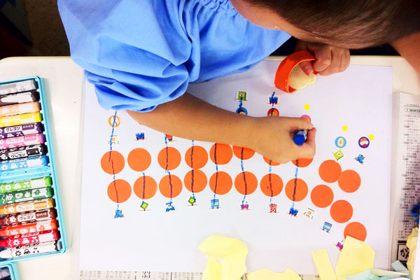 丸シールで遊ぼう(3歳児)