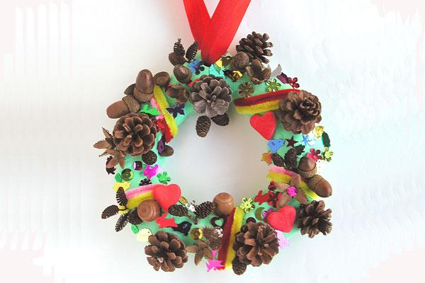 木の実でつくるクリスマスリース(3,4歳児)