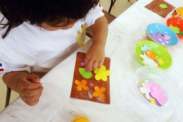 お花が咲いたよ!~はじめてののり遊び~(3歳児)