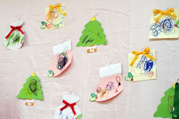造形展「サンタさんからきたてがみ」②なぐり描き・ひも通し(1歳児)