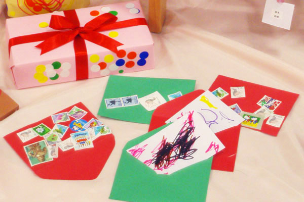 造形展「サンタさんからきたてがみ」④プレゼント、手紙(1歳児)