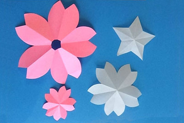 折って作る紙のお花