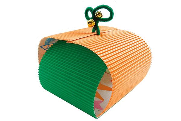 カラーダンボールでかわいくラッピング(3,4歳児)