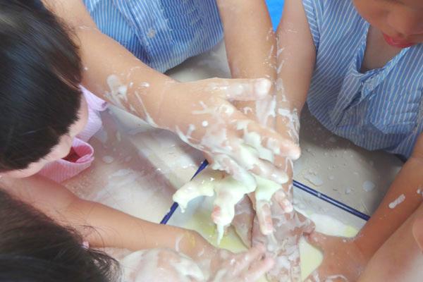 片栗粉で遊ぼう!(2歳児)