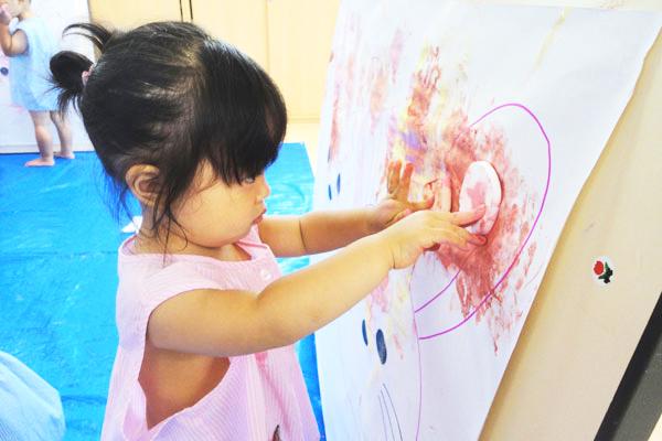 絵の具に触れて遊ぼう (1歳児)