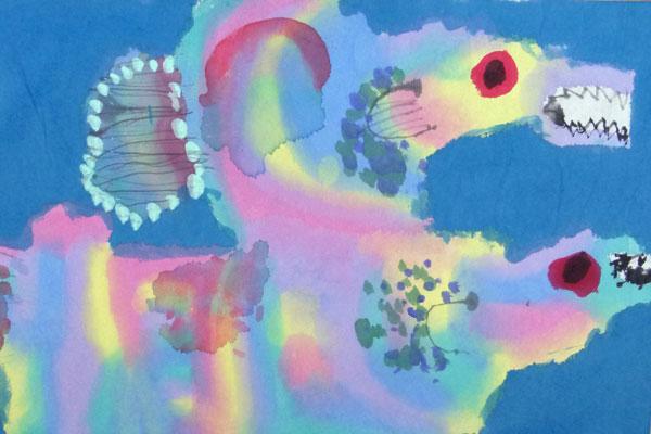 絵の具のにじみを楽しむ②「虹色のさかな」(5歳児)