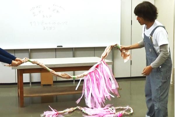 のびのび造形+わいわい運動あそび⑨さくら色のペーパーロープであそぼう