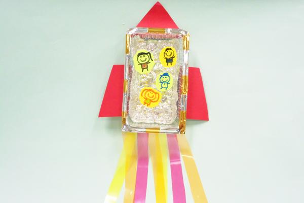 たなばた製作「きらきら素材の七夕ロケット」(5歳児)