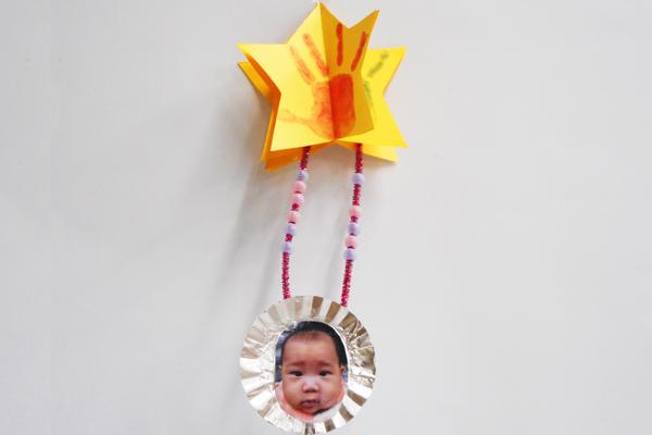 たなばた製作「手型のスタンプお星さま」(0歳児)