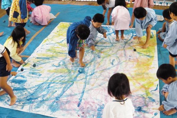 大きな紙にみんなで描こう(3,4歳児)