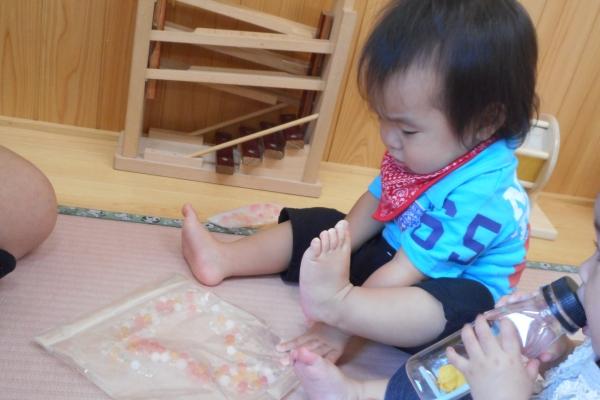 音と感触で遊ぼう!(0歳児)
